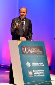 Fernando-Albrecht-divulga-a-notícia-de-que-Nelson-Eggers-recebe-Premio-Lideres-Vencedores