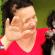 Foto da cadela Dafni no colo de sua dona dando tiau