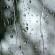 Imagem da chuva escorrendo pelo vidro de uma janela