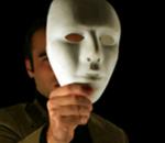 Imagem de uma pessoa tirando uma máscara de Carnaval