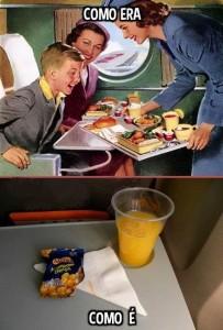 Duas imagens contrapõem o que era servido nos aviões antigamente, em uma farta bandeja, e hoje, umas barrinhas de cereal
