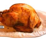 Peru de Natal bem dourado em um prato branco e trabalhado em alto relevo