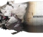 Cigarro queimando com cinza e brasa na ponta