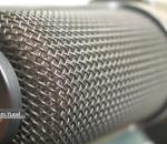 Microfone usado em estúdio de rádio em foto bem aproximada