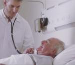 Médico atendendo idoso em leito hospitalar em frente á filha ao netinho. Vídeo em comemoração ao aniversário do Simers.