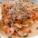 Prato com ensopado de camarão enfeitado com brotos