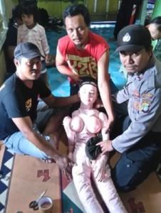 moradores-de-vilarejo-na-indonesia-confundem-boneca-inflavel-com-anjo-1462277647335_300x420
