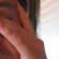 Detalhe de um homem esfregando um olho com com aspecto de cansado e barba por fazer