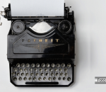 Máquina de escrever antiga com uma página de papel em branco