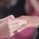 Mãos de noivos após toca de alianças