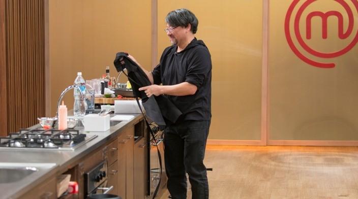 Candidato do Masterchef preparando um prato especial