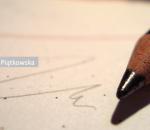 Lápis de colorir deitado sobre papel onde há riscos
