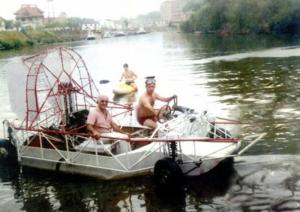 Dois homens navegam em um barco-anfíbio