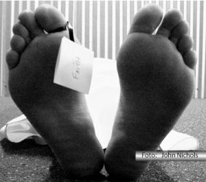 Pés de um cadáver com uma etiqueta pendurada