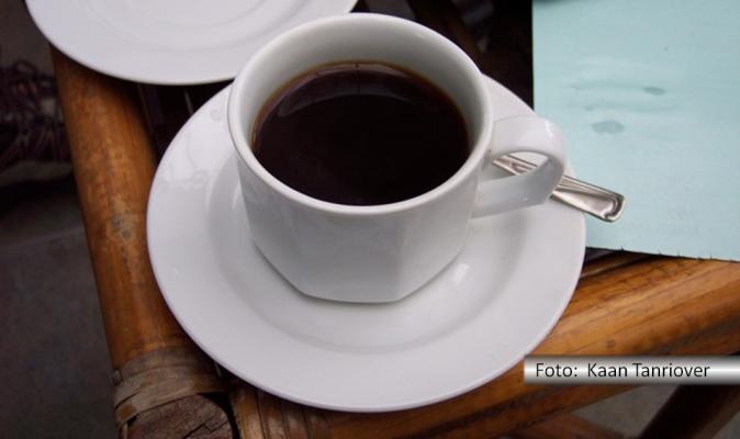 Xícara de café sobre mesa do mercado