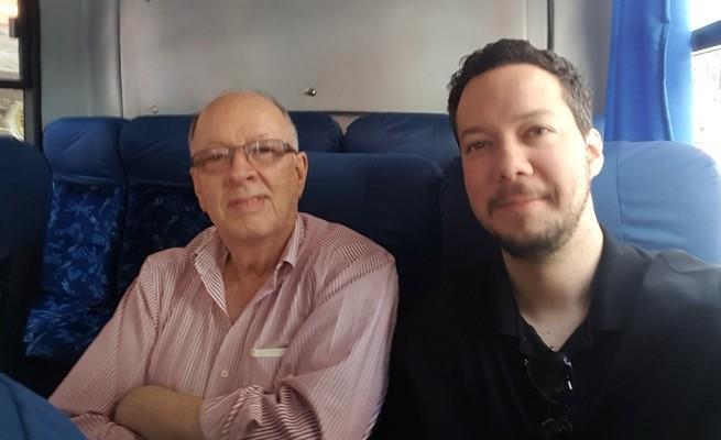 Fernando e Christian Albrecht andando de lotacao ao centro de Porto Alegre