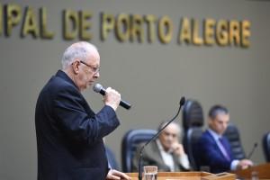 Fernando Albrecht discursa no PLenário da Câmara de Vereadores ao receber o título de cidadão de Porto Alegre