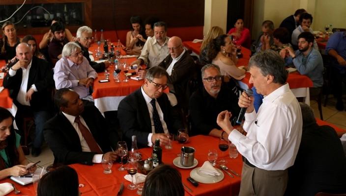 Walter Lídio Nunes fala aos jornalistas em encontro da Celulose Rio-grandense