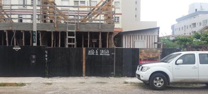 Placa de construção informa que não há vagas sem a letra h e com acento no a