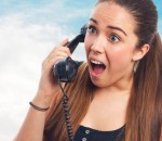 moça ao telefone com expressão surpresa e chocada representa um cliente mal atendido