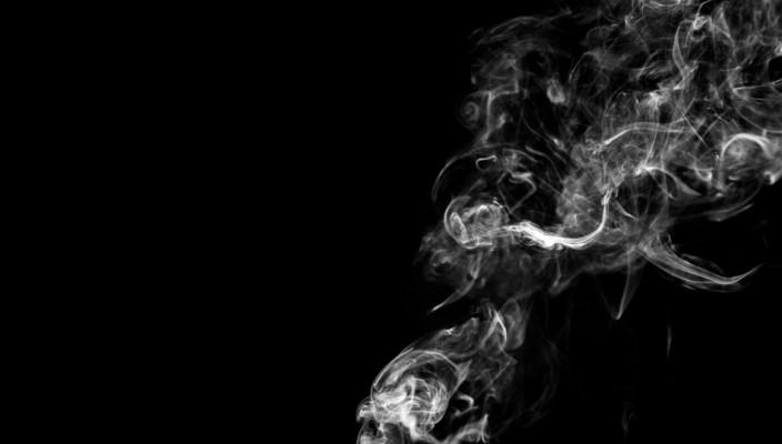 fumo fumante em fundo preto