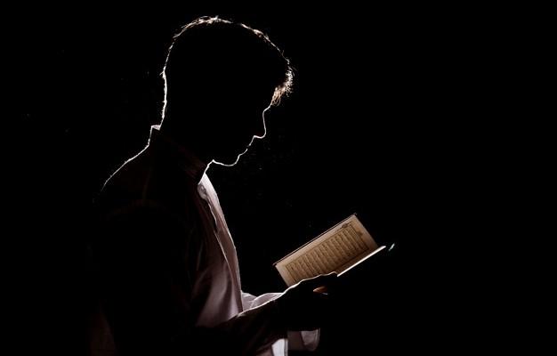silueta-de-leitura-homem-em-quran_23-2147794118