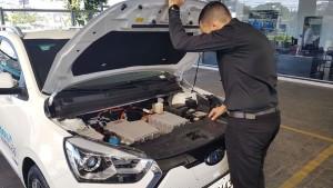 O espaço destinado ao motor em carros comuns abriga o conversos de torque e o conversor de tensão