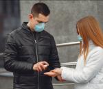 jovens usando máscaras e álcool gel para evitar a disseminação da peste do coronavírus covid-19