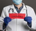 médico rasga plaquinha do coronavírus