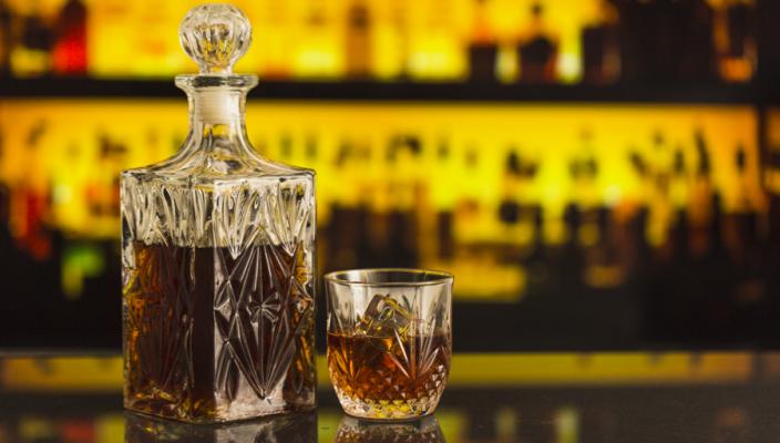 garrafa e copo de uísque